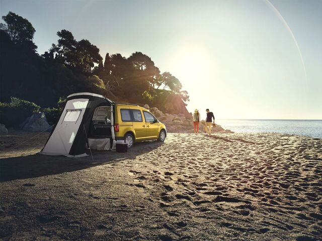 Gelber VW Caddy Beach am Strand